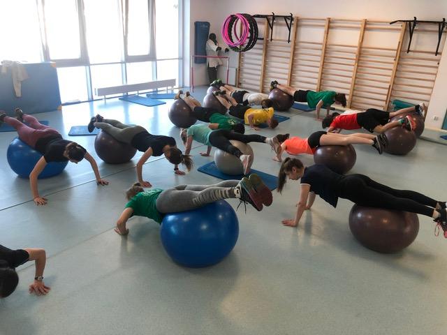 Sala fitness w naszej szkole. Ćwiczą uczennice z klasy biologiczno-sportowej